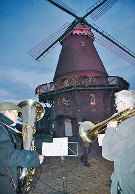 Der Posaunenchor spielt auf dem Mühlenplatz