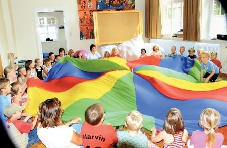 Ferienpasskinder singen und spielen in Husums Gemeindehaus 09.08.08
