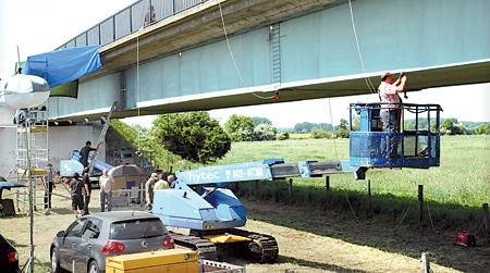 Die Flutbrücke wird mit Messgeräten ausgestattet und die Belastung gemessen
