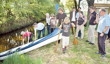 Das erste Kanu wird auf der neu ausgewiesenen Strecke zu Wasser gelassen.