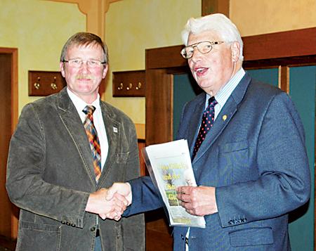 Landesbergens Bürgermeister Willi Heineking gratuliert Henning Evers zur Wahl.