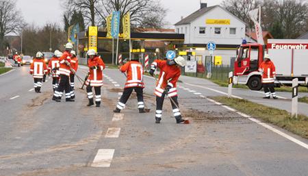 Feuerwehr reinigt die Straße