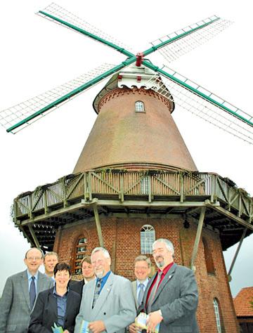 Bürgermeister vor Windmühle