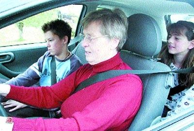 Gern fährt sie mit den Enkeln Mario und Lena weg: Justina Mulansky aus Brokeloh machte mit 71 Jahren ihren Führerschein.Foto: Karg