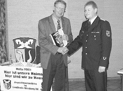 Kreisjugendfeuerwehrwart Detlef Schiller bedankt sich bei Direktor Ohlendorf vom Kommunalen Schadenausgleich mit einem Wimpel.Foto: Schiebe