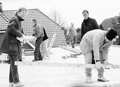 Stellen der Dachsparren auf der Fahrzeughalle: Fleißige Hände haben Michaela Lübkemann, Axel Sudmann, Joachim Salomé, Rolf Hartmann und Oliver Klausen (von links).Foto: privat