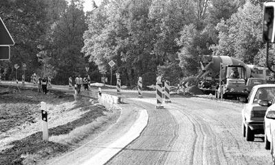 Auf der L 370 wird die Fahrbahndecke erneuert. Zwischen Husum und Rehburg gilt Tempo 30 – oder das Rot einer mobilen Ampel.Foto: Meyer