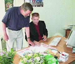 Marc Badermann (rechts) ist neuer Konrektor der Grund- und Hauptschule Landesbergen. Links: Schulleiter Fritz-Karsten Hüneke.Foto: Lachnit