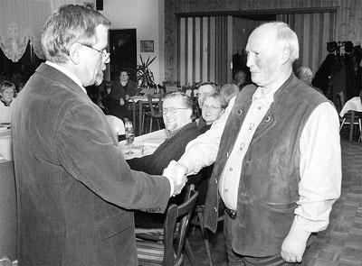 Samtgemeindebürgermeister Fritz-Karsten Hüneke (links) begrüßt den aus Leese kommenden Wolfgang Hockemeyer als neues Mitglied im Samtgemeinderat.Foto: Bernard