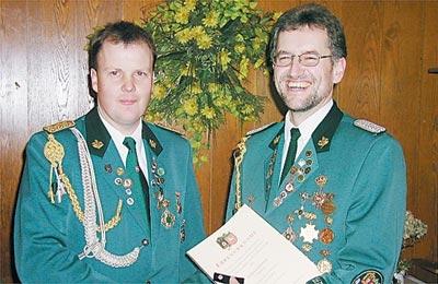 Andreas Artner (rechts) wurde vom Vereinsvorsitzenden Ralf Eickhoff (links) für seine 20-jährige Vorstandsarbeit mit der silbernen Präsidentennadel geehrt.Foto: Cord Müller