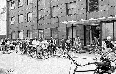"""Zwischenstation beim Kraftwerk """"Robert Frank"""" in Landesbergen: Dortige Mitarbeiter schließen sich dem E.on-Radler eine Weile an.Foto: privat"""