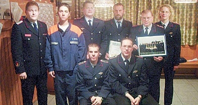 Detlef Schiller mit Bastian Schrapel, Guido Rode, Ernst Ewald, Erwin Rode, Maren Ewald (v.l.); unten: Fabian Bartling und Jörn Ewald.Foto: privat