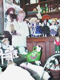 Flohmarktstücke wie neu: Dorothea Otto mit ihren Puppen im Landesberger Spieker. Alle hat sie selbst repariert, frisiert und mit selbst entworfenen Kleidern ausgestattet.Foto: Karg