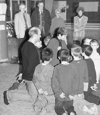 Mit geschlossenen Augen vor aller Augen stehen: Holger Sander bei der Jungenarbeit an Husums Grundschule vor Rektorin, Fördervereins- und Bürgerstiftungsvertretern.Foto: Reckleben