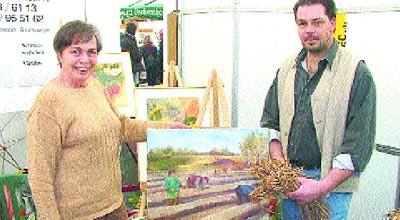 Marianne und Sohn Andree Cordes präsentierten Spargelgemälde und -pflanzen. Foto: Reckleben-Meyer