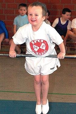 FRÜH ÜBT SICH: Der kleine Felix Marten will offenbar hoch hinaus ? erst fünf Jahre alt ist der Knirps vom TuS Leese. Und auch wenn es bei seinen ersten Titelkämpfen nicht gleich zur Goldmedaille gereicht hat: Spaß hatte Felix allemal ? sein Gesichtsausdru