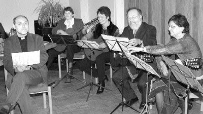 Die Gitarrengruppe der Kirchengemeinde Husum verabschiedete sich von Superintendent Lechler (links) mit afrikanischen Klängen.