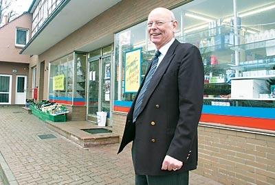 """Wolfgang Sprotte (72) vor seinem """"Weserkauf""""-Markt in Estorf, den der Nienburger Kaufmann am 31. März schließt . Bis zuletzt verkaufte er selbst im Laden. Foto: Hildebrandt"""