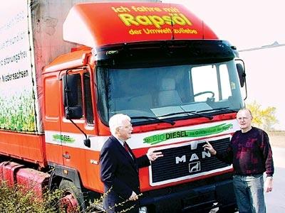 """Horst Thies (rechts) kennt """"seinen"""" Rapsöl-Brummi aus dem ff. Links Willi Heineking, dessen Beharrlichkeit dem Bio-Diesel zum Durchbruch verhalf.Foto: Heckmann"""