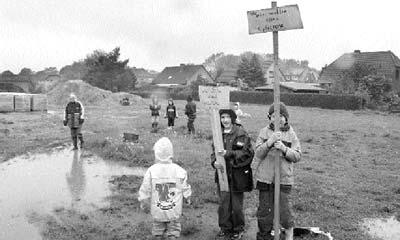 Kinder aus dem Neubaugebiet ?Bei den Hellbergen? in Brokeloh demonstrierten während der Ausschusschussitzung: ?Wir wollen einen Spielplatz?, stand auf Pappschildern.