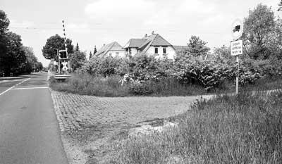 Der Bahnübergang in Landesbergen ist besonders für Radfahrer und Fußgänger gefährlich, da ein Rad- und Fußweg fehlt. Umgebaut werden soll auch die Einfahrt in den Wirtschaftsweg (rechts). Das Eisenbahnbundesamt lehnt dies ab. Foto: Hildebrandt