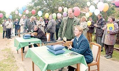 Kommissionsleiterin Helma Spöring (sitzend) gab buchstäbdlich den Startschuss für den Rundgang durchs Dorf. Danach ließ der Schützenverein Dutzende Luftballons aufsteigen. Foto: Hildebrandt