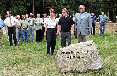 """Britta Ronnenberg, Stefan Weitz und Walter Hotze mit dem """"Grundstein"""". Foto: Heckmann"""