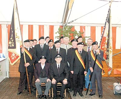 Stolz auf ihre neue Fahne: Die Krieger- und Soldatenkameradschaft Bolsehle um die beiden Ehrenvorsitzenden (vorn sitzend) präsentiert die neue (links) und die alte Fahne.Foto: Bernard