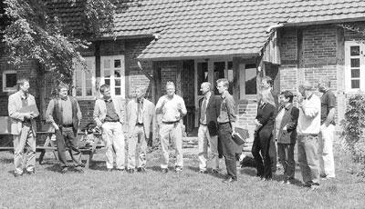 """Brokelohs Arbeitskreis """"Dorfwettbewerb"""" und Behördenvertreter sprechen über wirtschaftliche Zukunftsperspektiven des Dorfes.Foto: Reckleben"""