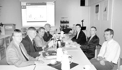 """Alle an einem Tisch: Vertreter der e.on Kraftwerke erläuterten den Vertretern der Samtgemeinde Landesbergen den bei der Bezirksregierung gestellten Antrag und stellten anschließend das Konzept """"gläserner Schornstein"""" vor. Foto: Schwake"""