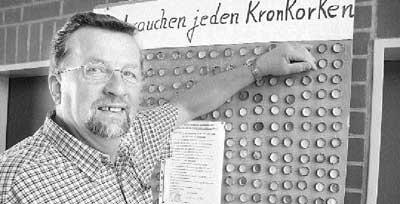 Der Landesberger Heinfried Nietfeld will einen Rekord erzielen: Zur 950-Jahrfeier von Landesbergen will er den Fußballplatz mit Kronkorken belegen. 2,5 Millionen braucht er. Die erste von 6000 Platten (Foto) hat Nietfeld schon fertig. Foto: Hildebrandt