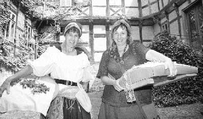 Marie-Luise Prinzhorn (links) und Adina Sternemann zeigen bei den mittelalterlichen Ritterspielen nächste Woche auf dem Rittergut in Brokeloh den 1500 Gästen das Klöppeln. Foto: Hildebrandt