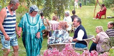 Edelgard und Peter Brama (links im Bild) tauschten mit ihren Gästen Erfahrungen mit dem Garten aus. Fotos: Schwake