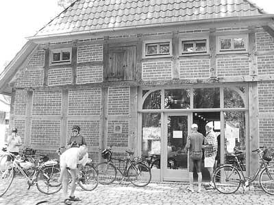 Von Aachen über Estorf nach Cuxhaven: Die Radlergruppe hat von Schünebusch, Besichtigung und Radlerscheune im Tourenführer gelesen und steuerte den Schünebusch an.