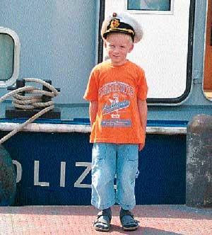 """Der sechsjährige Eric durfte als """"Ehren-Leichtmatrose"""" an Bord gehen Foto: Schockenhoff"""