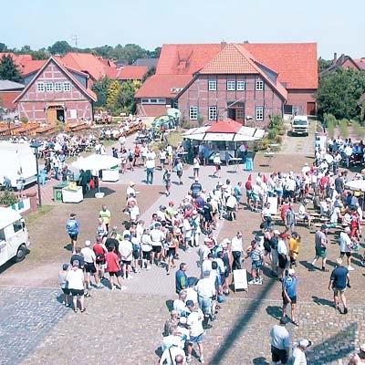 Radtouristen machen Station auf dem Landesberger Mühlenplatz. Im Hintergrund links das Backhaus mit Fremdenzimmern und daneben der Mühlengasthof.Archiv-Foto: Reckleben