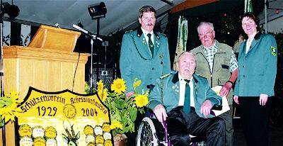 Erich Fischer (2. von links) und Gerhard Hartmann wurden von der Schützenverein-Vorsitzenden Beate Maseizik und ihrem Stellvertreter Erich Mußmann (links für 50-jährige Mitgliedschaft ausgezeichnet.Fotos: Bernard