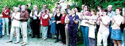 Applaus nach der dreistündigen Präsentation: Auf dem Rittergut verabschiedeten Dorfbewohner die Kommission.