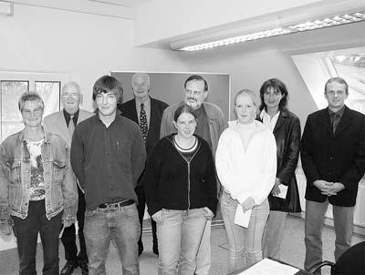 Klaus Walther (rechts), Heinz-Hermann Germer (Zweiter von links) und Eike Eickhoff (Vierte  von links) freuen sich mit den Gewinnern des Wirtschaftsquiz Tim Sandrock, Nina Wege und Sarah Buck (vorn) sowie Vertretern der Siegerschulen.Foto: Bernard