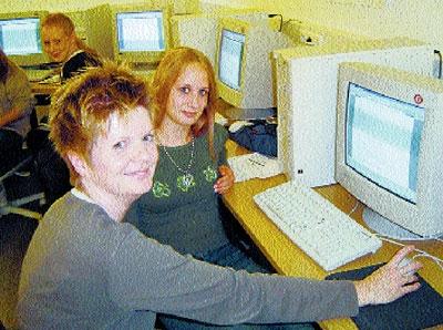 Agnes Sickert-Peters zeigt Jasmin Twiehaus  den Umgang mit dem PC.