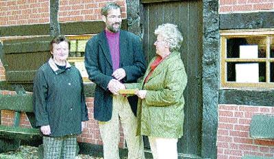 Rolf Bodermann freut sich über den Scheck, der Herbstmarkt-Organisatorinnen Inge Stelling (rechts) und Gudrun Block an den Heimatverein Estorf.Foto: Sabine Hildebrandt