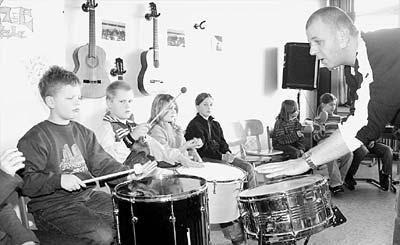 Robert Mairitsch (rechts) ist Musiklehrer der Musikschule Nienburg. In der Grund- und Hauptschule Landesbergen unterrichtet er im Percussionsprojekt der Musikschule, an dem sich Dritt- und Viertklässler beteiligen. Foto: Hildebrandt