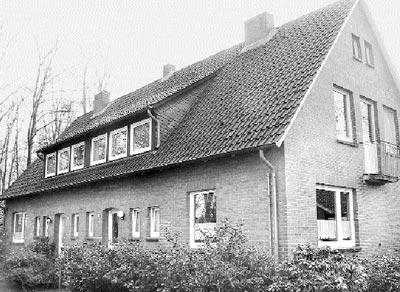 """Die einstigen """"Lehrerhäuser"""" an der """"Neuen Schulstraße"""" sind nicht länger im Eigentum der Gemeinde.Foto: Reckleben-Meyer"""