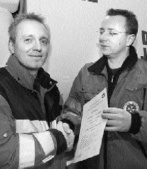André Schöne (links) wird vom Ortsverbandsarzt Michael Hormann beglückwünscht. Foto: Lüpkemann