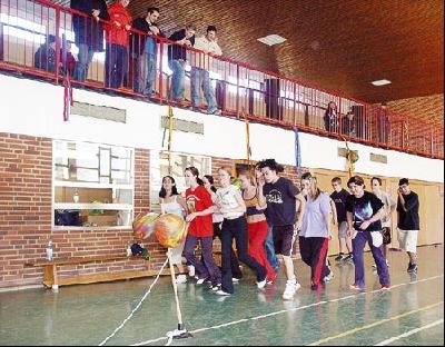 Schülerinnen und Schüler aus 16 Klassen liefen gestern in der Landesberger Sporthalle, um dem krebskranken Jan Seemeier zu helfen.