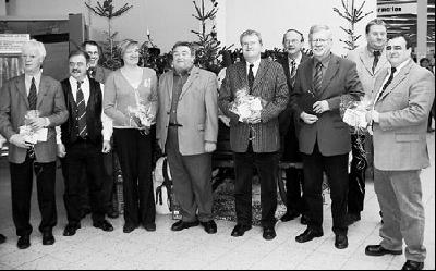 ? Das Bild zeigt Geschäftsführung, Hagebau-Mitarbeiter und Vertreter der Kommunen.Foto: Reckleben