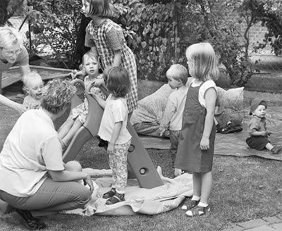 Am Gemeindehaus: Die Eltern-Kind-Gruppen finden sich beim Spiel zusammen.Foto: Reckleben