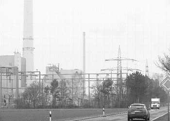 Die Anlage läuft jetzt, seit zwei Wochen raucht er ununterbrochen: Der Abgaskamin des Holzkraftwerks bei Landesbergen. Foto: Reckleben