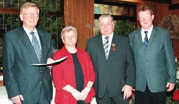 Gemeindedirektor Wilfried Henking, Gertrud Stallmann, Walter Stallmann mit Verdienstkreuz und Bürgermeister Friedel Fischer (v. l.) . Foto: Duensing