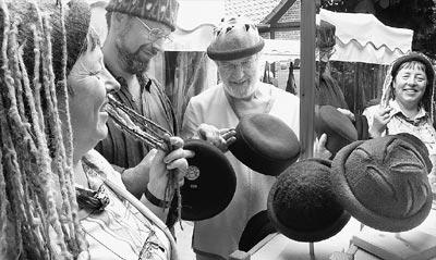 Wer hat hier den schönsten Hut? Anprobe hieß es bei Filzer Thomas Steger (M), Organisator Richard Wolff und dieser Kundin.Foto: Angheloff
